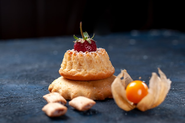 Köstlicher kleiner kuchen mit kissenförmigen keksen auf blauem, süßem kuchenkeks