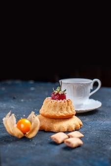 Köstlicher kleiner kuchen mit tasse kaffee auf schwarzem, kuchenkeks süßem zucker backen kaffee