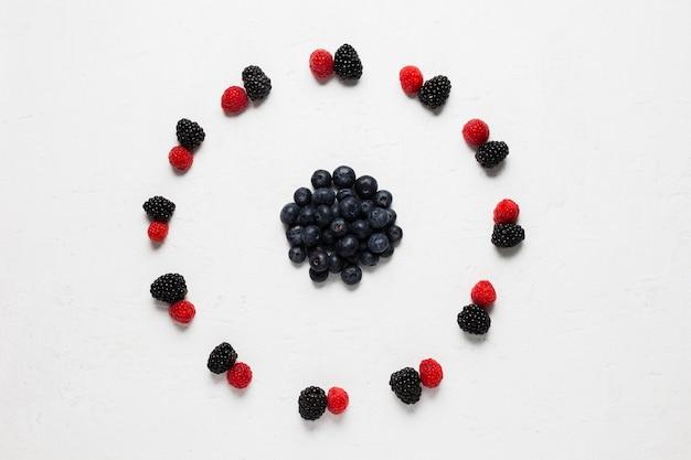 Köstlicher kreis von waldbeeren und erdbeeren