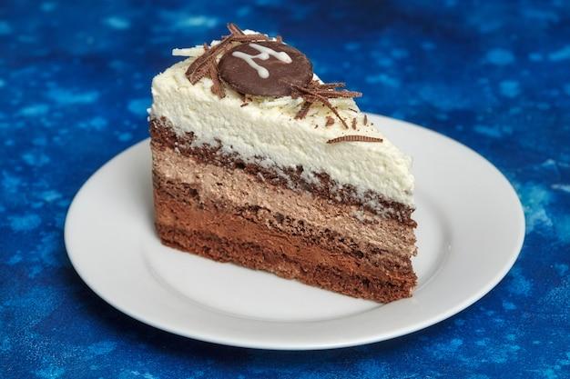 Köstlicher kremeiskuchen mit drei verschiedenen arten schokolade
