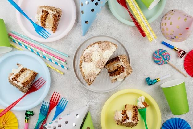 Köstlicher kuchen auf platten draufsicht