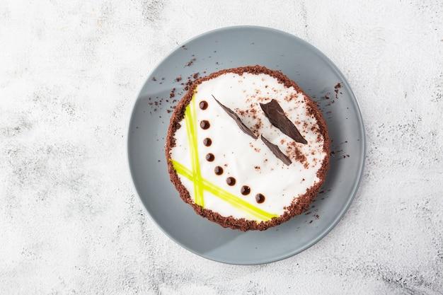 Köstlicher kuchen auf teller auf tisch auf marmorhintergrund. tapete für konditorei oder cafémenü. horizontal