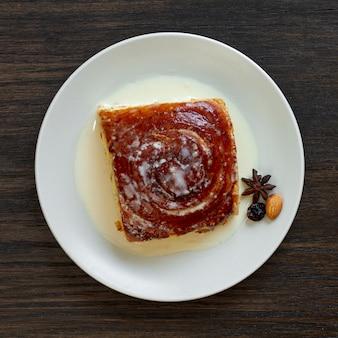 Köstlicher kuchen der draufsicht auf platte