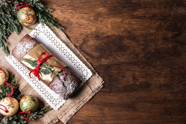 Köstlicher kuchen der draufsicht gemacht für weihnachten mit kopienraum