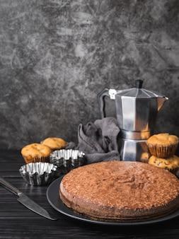 Köstlicher kuchen der vorderansicht auf einer platte