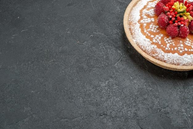 Köstlicher kuchen der vorderansicht mit zuckerpulver und himbeeren auf grauem hintergrund tortenkuchen früchte beeren süßer keks