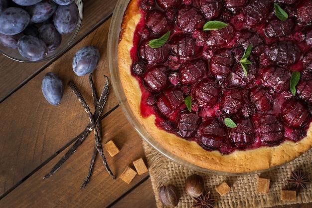 Köstlicher kuchen mit frischen pflaumen und himbeeren