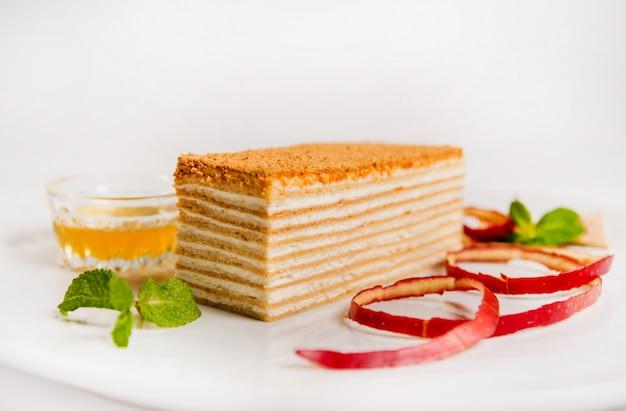 Köstlicher kuchen mit früchten. restaurant. licht