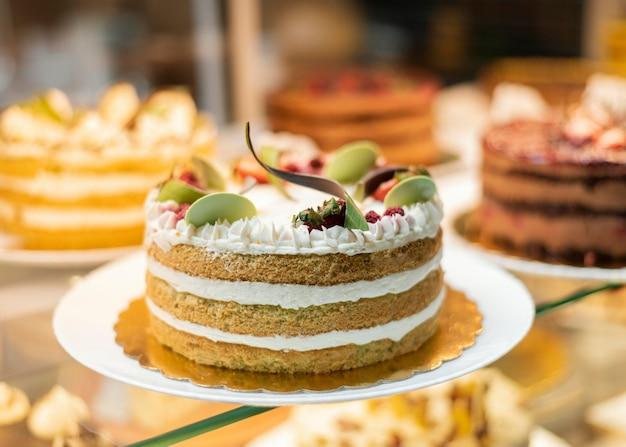 Köstlicher kuchen mit früchten und sahne