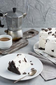 Köstlicher kuchen mit kaffeetasse