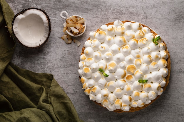 Köstlicher kuchen mit kokosnuss-draufsicht