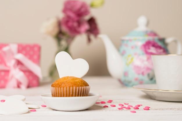 Köstlicher kuchen nahe teekanne und cup