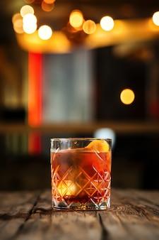 Köstlicher kühler cocktail im altmodischen glas