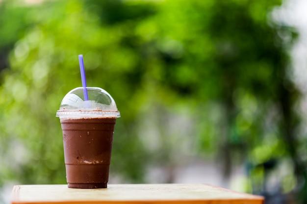 Köstlicher kühler kakao auf den tisch gelegt essfertig