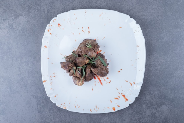 Köstlicher leberkebab auf weißem teller.