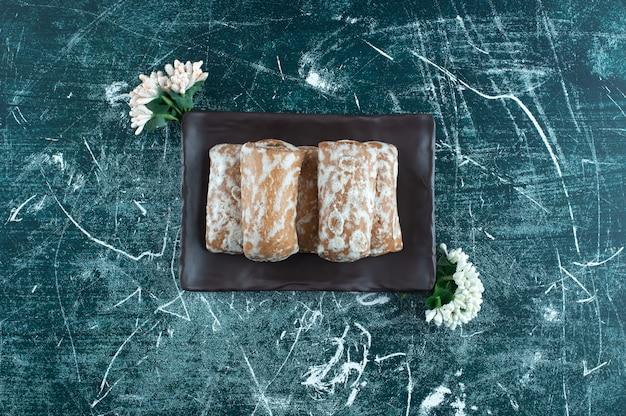 Köstlicher lebkuchen mit getrockneten blumen auf einem bunten hintergrund. foto in hoher qualität