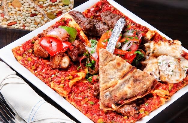 Köstlicher mandi-reis der arabischen küche, serviert mit lammfleisch