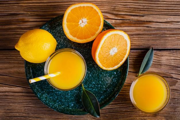 Köstlicher natürlicher orangen- und zitronensaft der draufsicht