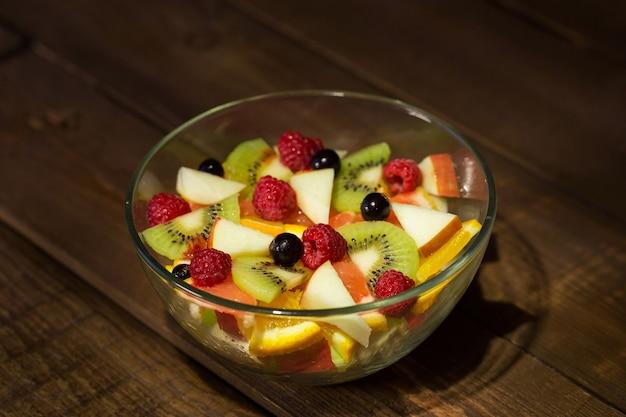Köstlicher obstsalat im teller auf tischnahaufnahme