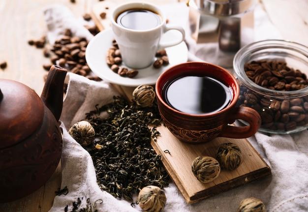 Köstlicher organischer tee und hohe ansicht der kräuter
