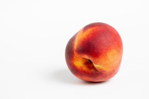 Köstlicher pfirsich lokalisiert auf einem weißen hintergrund