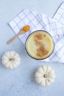 Köstlicher pudding mit weißen kürbissen