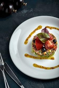 Köstlicher quinoasalat mit avocado und tomaten. makro.