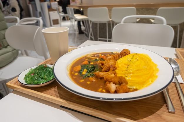 Köstlicher reis mit curry und ei
