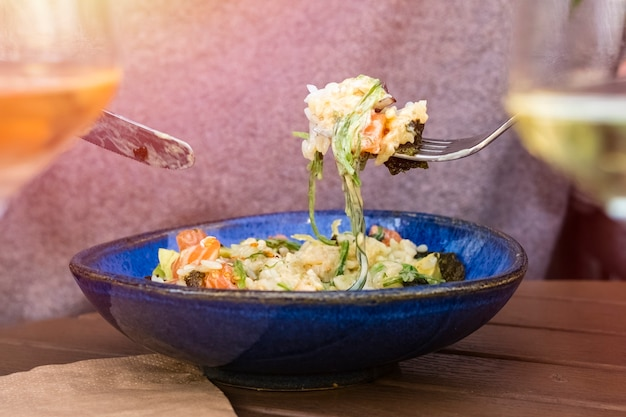 Köstlicher reissalat mit gemüse und roten fischstücken. speicherplatz kopieren