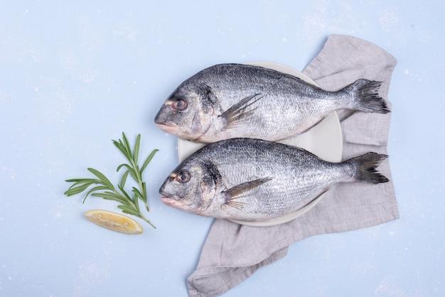 Köstlicher roher brassenfisch auf serviette