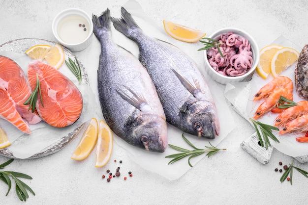 Köstlicher roher brassenfisch und garnelen