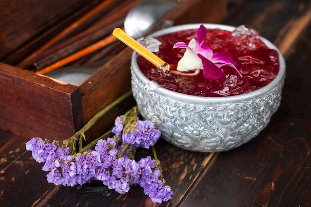 Köstlicher roselle-saft mit erbsenblumen