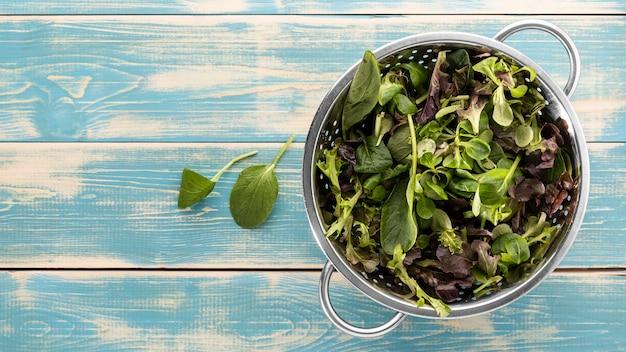 Köstlicher salat in einer weißen schüsselanordnung