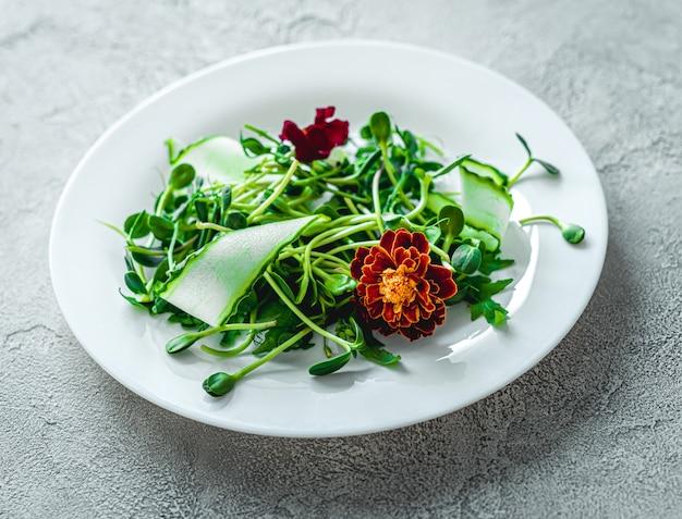 Köstlicher salat mit blumen