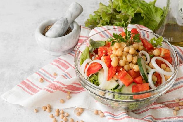 Köstlicher salat mit bohnenkonzept