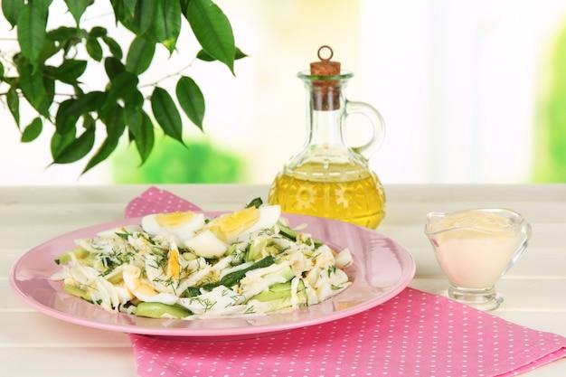 Köstlicher salat mit eiern, kohl und gurken auf dem tisch