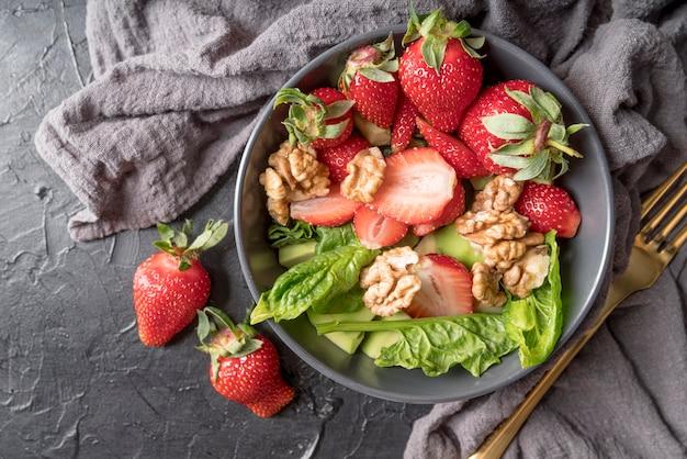 Köstlicher salat mit erdbeeren und walnüssen