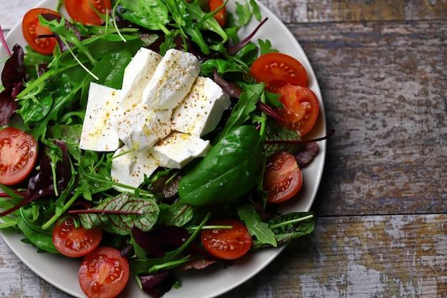 Köstlicher salat mit feta-käse und kirschtomaten.