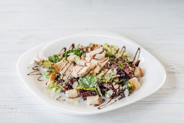 Köstlicher salat mit gurke und huhn und kopfsalat
