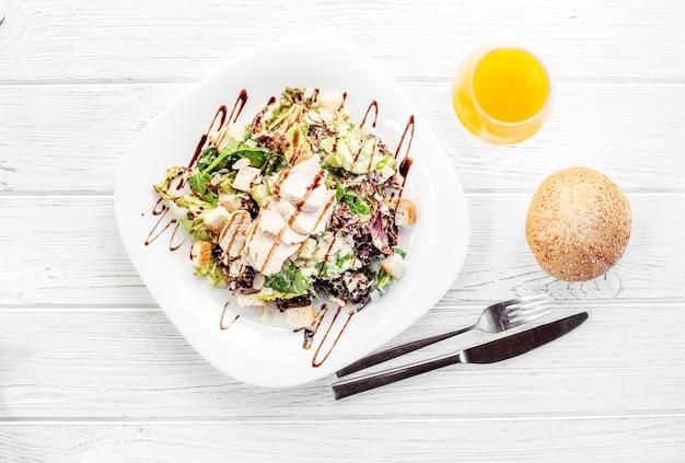 Köstlicher salat mit gurke und huhn.