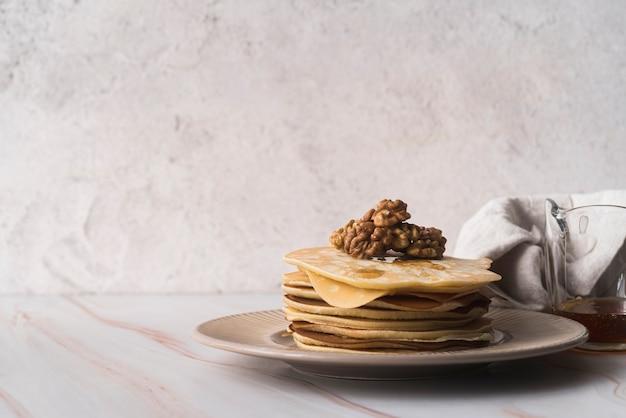Köstlicher satz pfannkuchen auf einer platte