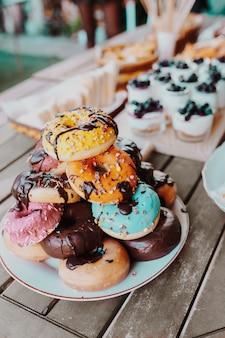 Köstlicher schaumgummiringkuchen mit schokoladenbelag. festlicher familien- oder partysnack. draufsicht.