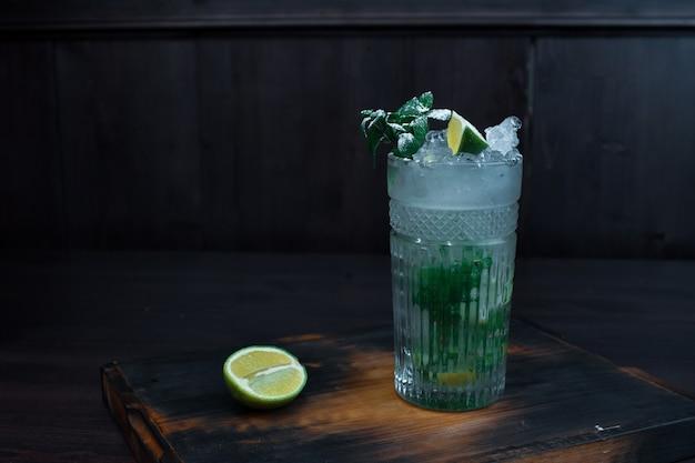 Köstlicher schöner alkoholischer cocktail