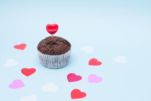 Köstlicher schokoladen-kleiner kuchen für valentinstag auf blauem hintergrund, kopienraum