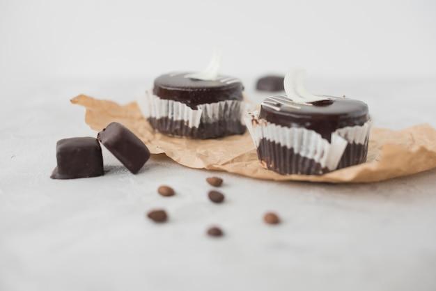 Köstlicher schokoladenkleiner kuchen auf konkretem strukturiertem hintergrund