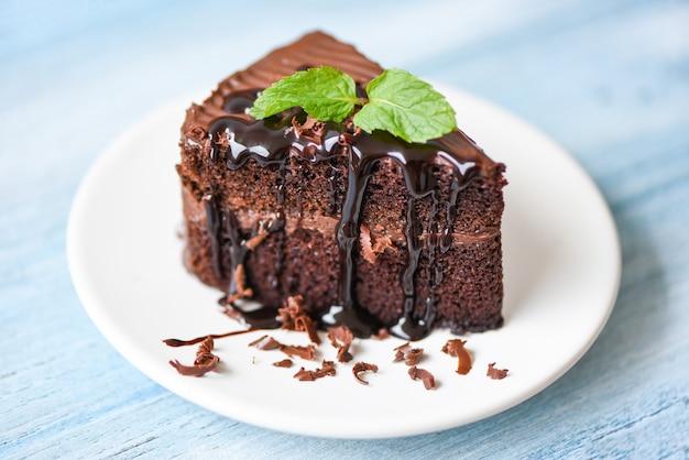 Köstlicher schokoladenkuchen auf einem weißen teller