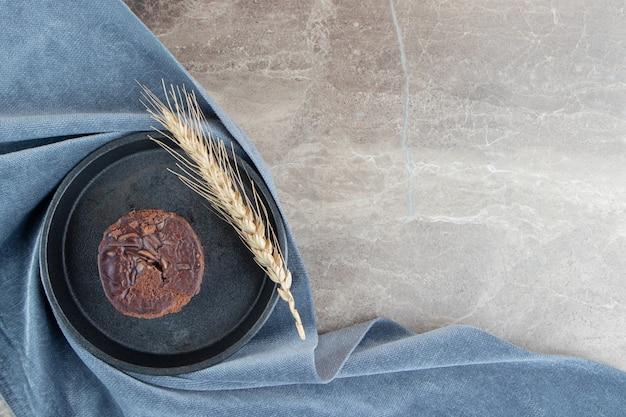 Köstlicher schokoladenkuchen auf schwarzem teller