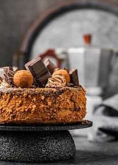 Köstlicher schokoladenkuchen auf ständer