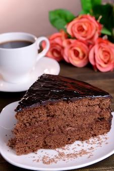 Köstlicher schokoladenkuchen auf tischnahaufnahme