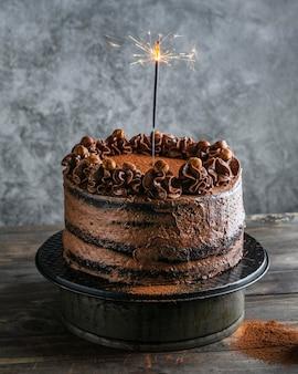 Köstlicher schokoladenkuchen mit kerze
